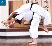 2人で組んで行う柔軟体操の例4